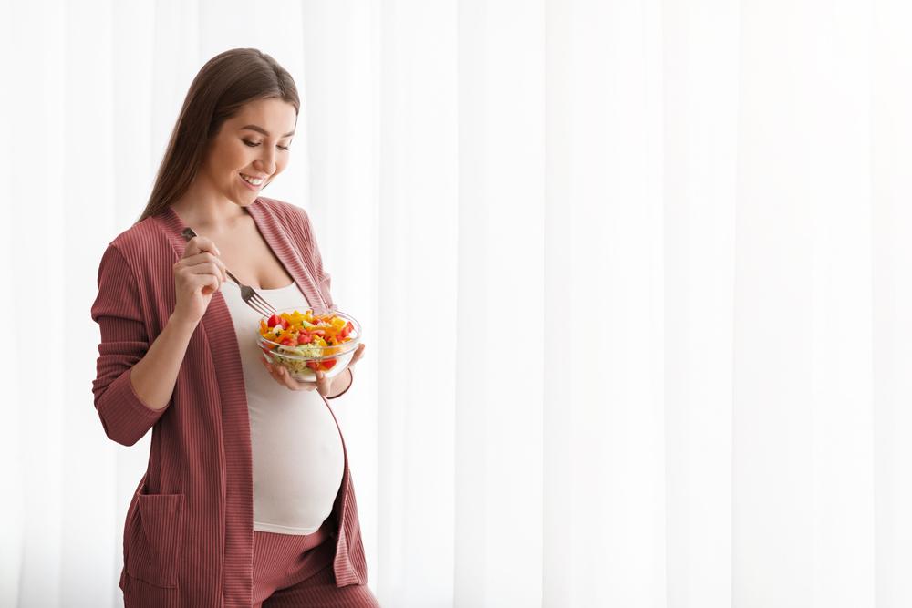 donna incinta che mangia sano